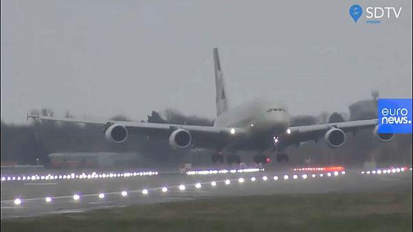 Video: Pilotlar şiddetli rüzgara karşı 400 tonluk uçağı Heathrow'a 'yengeç' gibi indirdi