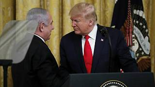 الرئيس الأمريكي دونالد ترامب ورئيس الوزراء الإسرائيلي بنيامين نتنياهو بعد الإعلان عن تفاصيل الخطة الأمريكية