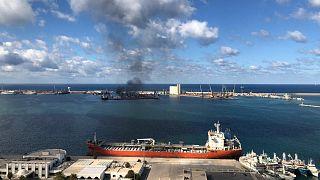 Libya'nın doğusundakiHalife Hafter'e bağlı güçler Trablus Limanı'na roketli saldırı düzenliyor.