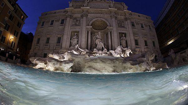 شاهد: بعد 300 عام على بنائها .. نافورة تريفي في روما ضحية شهرتها