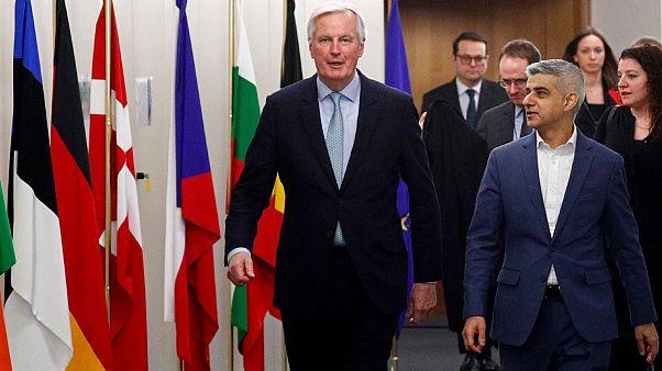 Michel Barnier, négociateur en chef de l'UE sur le Brexit, et Sadiq Khan, le maire de Londres, à Bruxelles le 18 février 2020.