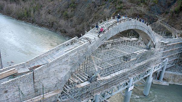 Φωτογραφία από τις εργασίες αποκατάστασης του γεφυριού της Πλάκας