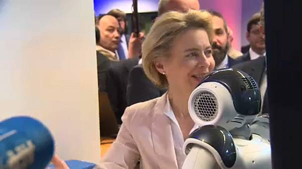 Von der Leyen meets robots ahead of AI strategy announcement