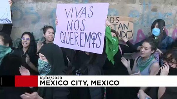 A nőket érő erőszak ellen tüntettek a mexikói állami rezidencia előtt