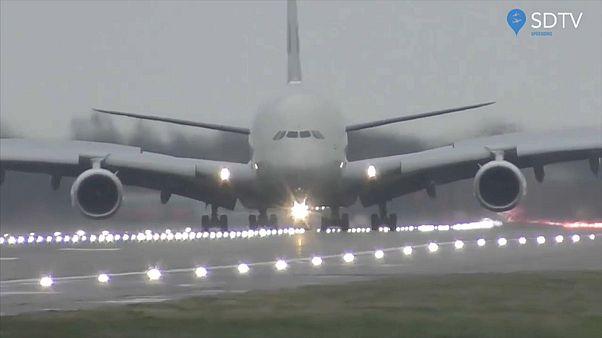 هل هبوط طائرة الاتحاد بمطار هيثرو كان ناجحا بما فيه الكفاية؟
