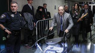 Harvey Weinstein abandona un juzgado de Manhattan durante su juicio por violación, el martes 18 de febrero de 2020, en Nueva York.