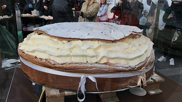 "Kalorienbombe XXL: Schwedens größte ""Semla"" wiegt 300 kg (Video)"