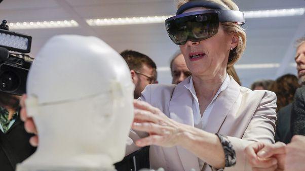 H Πρόεδρος της Κομισιόν Ούρσουλα φον ντε Λάιεν δοκιμάζει την Τεχνητή Νοημοσύνη