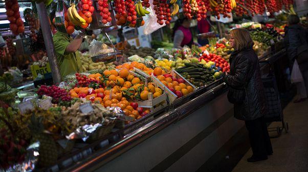 إمرأة تشتري الفاكهة من أحد الأسواق في برشلونة بإسبانيا