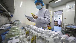 ممرضة تحضر الأدوية للمرضى في مستشفى جينيانتان المخصص للمصابين بفيروس كورونا في ووهان-الأحد 16 فبراير 2020