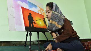 شاهد: رسامة أفغانية تتحدى الإعاقة وتفتتح مركزا لتعليم الفنون
