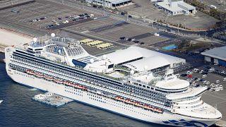 Yüzlerce yolcuya Covid-19 teşhisi konulan geminin karantinada tutulmasına tepki