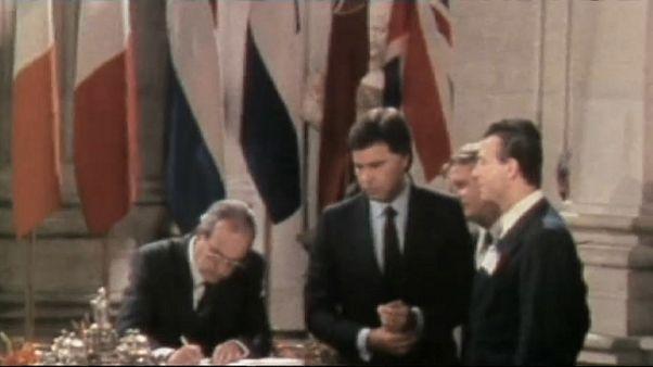 Felipe González, Fernando Morán, entonces Ministro de Asuntos Exteriores, y Manuel Márin firman la adhesión a la CEE