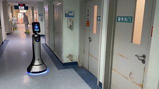 شاهد: روبوت في خدمة المصابين بفيروس كورونا في أحد مستشفيات العاصمة الصينية بكين