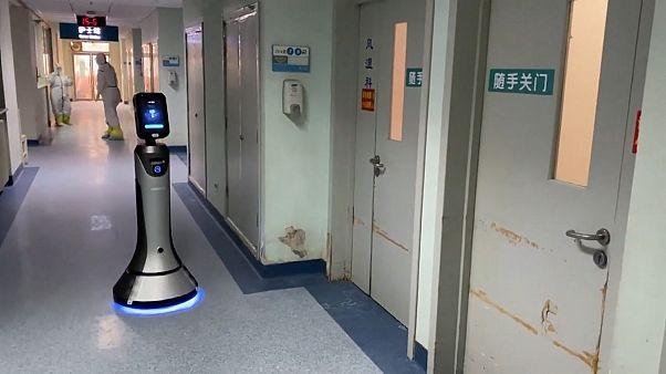 استفاده از رُبات در بخش مبتلایان به ویروس کرونا در بیمارستان پکن