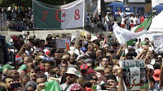 متظاهرون جزائريون يخرجون إلى شوارع العاصمة الجزائر خلال مظاهرة الجمعة الأسبوعية-الجمعة 19 يوليو، 2019.