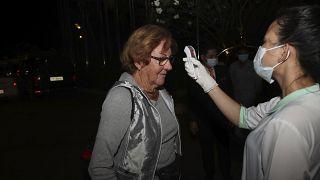 Uma mulher é controlada devido ao Covid-19 à chegada ao Camboja