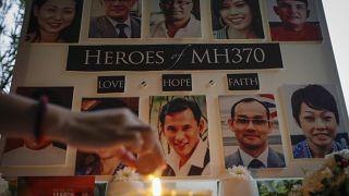 إمرأة ماليزية تضيء شمعة أثناء صلاة خاصة للمفقودين في رحلة الخطوط الجوية الماليزية 370 في كولالامبور