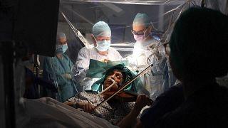 Végig hegedült saját agyműtéte alatt egy angol nő