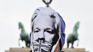 Wikileaks Kurucusu Julian Assange'ın maskesini takan gösterici