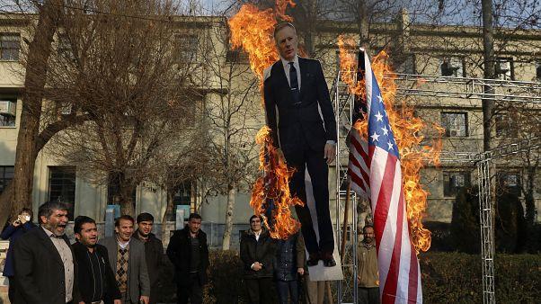 سوزاندن پرچم آمریکا در کنار تصویر سفیر بریتانیا در تهران، در یادبود قاسم سلیمانی در دانشگاه تهران