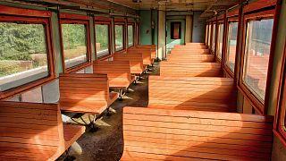 Moldova'da tahta sıralı bir yolcu vagonu