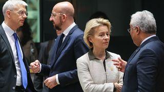 El primer ministro letón, Krisjanis Karins, los presidentes del Consejo Charles Michel y la Comisión Ursula von der Leyen y el primer ministro portugués Antonio Costa.