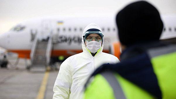 Un membre du personnel médical présidentiel ukrainien, à l'aéroport international de Borispil en Ukraine, jeudi 20 février 2020