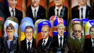 محلات بيع الأشياء التذكارية التي تحمل صور الرئيس الروسي فلاديمير بوتين