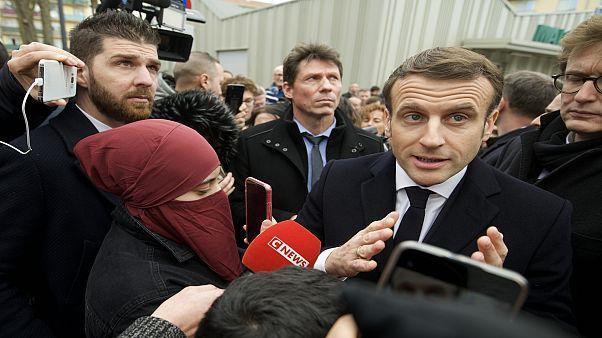 امرأة منقبة إلى جانب الرئيس الفرنسي تشعل مواقع التواصل الاجتماعي