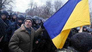 Des manifestants s'opposent à l'arrivée de bus transportants des personnes évacuées de Wuhang et devant être mises en quarantaine à Novi Sarzhany, Ukraine, le 20 février 2020