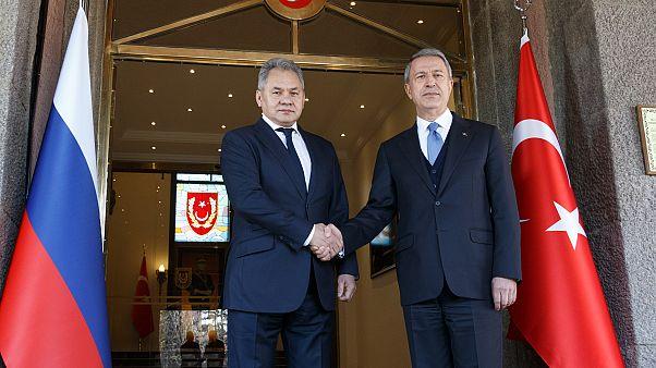 وزير الدفاع الروسي سيرغي شويغو ونظيره التركي خلوصي آكار