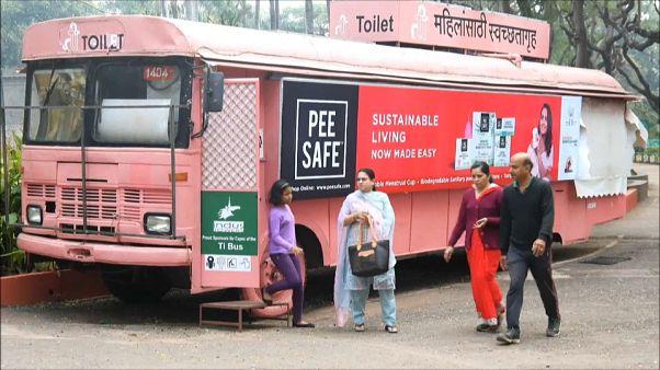إحدى الحافلات تحولها شركة إلى دورة مياه عمومية.