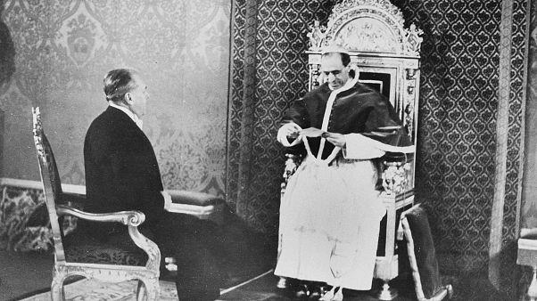 Φωτογραφία του 1940 όπου ο Πάπας Πίος ΙΒ υποδέχεται στο Βατικανό τον απεσταλμένο του αμερικανού προέδρου Ρούσβελτ, που το μεταφέρει επιστολή.