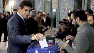 Iranianos votam em legislativas com apelo da oposição ao boicote