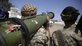 مقاتلان متمردان من الحوثيين يحملان سلاحا       20/02/2020