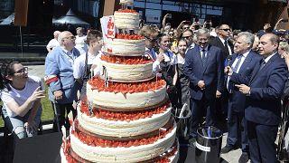 رئيسة سويسرا تحتفل بعيد ميلادها الستين مع أشخاص يشاركونها تاريخ ولادتها
