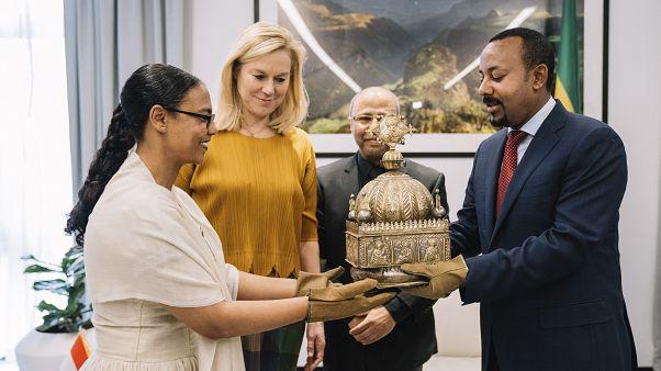"""رئيس الوزراء الأثيوبي أبي أحمد يتسلم خلال حفل، التاج """"الضائع"""" الذي أخفي في هولندا طيلة 21 سنة."""