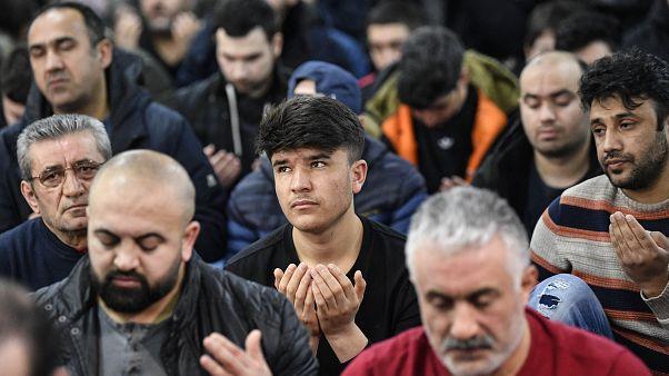 Irkçı saldırı sonrası Cuma namazında yüzlerce kişi biraraya geldi