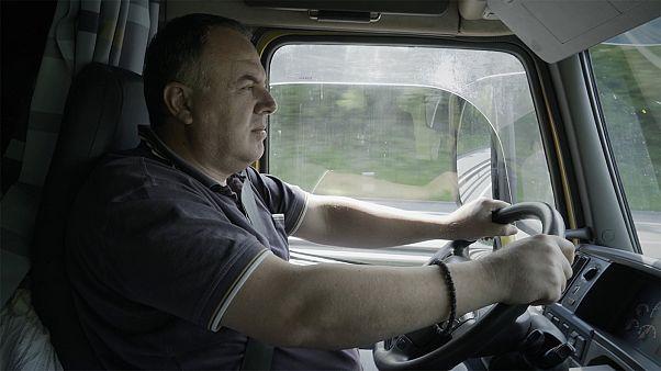 Европейские дальнобойщики делят дорогу