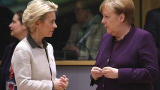 Presidente da Comissão Europeia, Ursula von der Leyen, com chanceler alemã, Angela Merkel