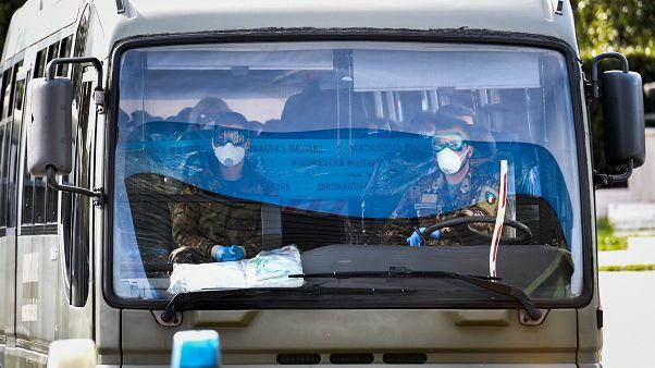 عملية نقل الأشخاص المشتبه بإصابتهم بفيروس كورونا المستجد في إيطاليا