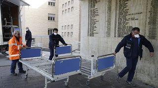 Du personnel amène des nouveaux lits dans l'hopital de Codogno, dans la province de Lodi, Italie, le 21 février 2020