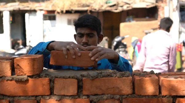 بناء جدار يجري على قدم وساق في الهند، قبيل زيارة الرئيس الامريكي المرتقبة. 2020/02/14