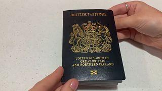 AB'den ayrılan İngiltere mavi pasaporta geçiyor