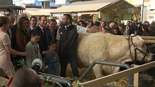 Macron, Paris Tarım ve Hayvancılık Fuarı'nda çiftçilerle buluştu