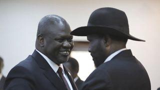 رئيس جنوب السودان سلفا كير وزعيم المتمردين رياك مشار يتصافحان بعد أداء اليمين في جوبا بجنوب السودان  22/02/2020