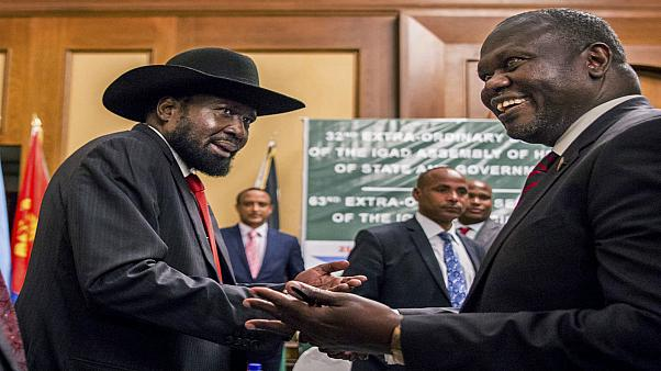 رئيس جمهورية جنوب السودان سيلفا كيير (على الشمال) يصافح زعيم المعارضة ريك مشار خلال محادثات السلام في أديس أبابا.