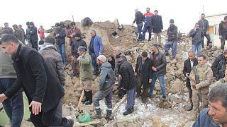 İran'da meydana gelen deprem Van'da hissedildi. En az 7 kişi hayatını kaybetti