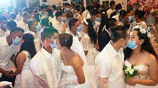 أزواج فلبينيون يتبادلون القبل وهم يرتدون الأقنعة خشية انتشار فيروس كوفيد-19. 2020/02/21